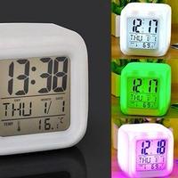 キューブ型の多機能なデジタル置き時計