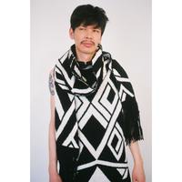 Geometric fringe stole_slim&long type < Black / White >