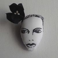 花飾りの女(ブラック) ブローチ