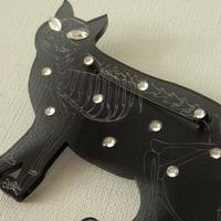 ネコの骨格ブローチ ブラック
