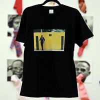 Unisex T-Shirt/B-01(黄色い壁でポージングするサプール・ ボディカラー=黒)