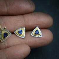 三角カイヤナイトのスタッドピアス