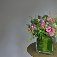 【TYPE1】ピンクの薔薇とフレッシュグリーンのアレンジメント