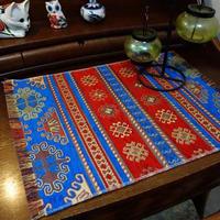 高級感のあるモダンなトルコのテーブルセンター(キリム柄レッド&ブルー)