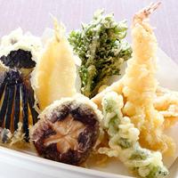 【天ぷら盛り合わせ】 サクッと揚げた季節の天ぷらをお楽しみください。