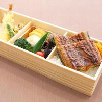 【鰻御膳】     ふっくらと柔らかく仕上げた鰻と、季節の天ぷらが入った見た目も豪華な御膳です。