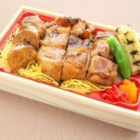 日本料理 浜風【焼き鳥お重弁当】      鶏もも肉と鶏つくねの入った焼き鳥重です。