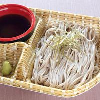 日本料理 浜風【日本そば(ハーフサイズ)】 出汁の効いた特製のめんつゆでお召し上がりください。