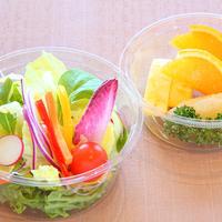 【彩り野菜のサラダとフルーツセット】 新鮮な野菜サラダとフルーツ。自家製ドレッシング付き。