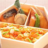 日本料理 浜風【彩り海鮮ちらし弁当】       彩りの良い海鮮ちらしに口取りや揚げ物も海鮮を使用した彩り豊かな和食弁当です。