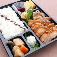 日本料理 浜風               【山椒を利かせた照り焼きチキン弁当】    山椒を利かせた特製の照り焼きソースで焼いた鶏もも肉1枚丸ごと使用した和風弁当です。