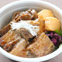 日本料理 浜風【豚角煮丼】             10時間以上やわらかく煮込んだ角煮をのせた人気の角煮丼です。