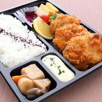 【ホタテフライ弁当】 大ぶりのホタテフライをタルタルソースと和風ソースの2種類でお召し上がり下さい。