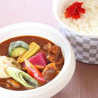 【和風カレー弁当】 出汁の効いた和風のルーに、季節の野菜が入った特製のカレー弁当です。