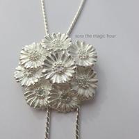 ガーベラブーケのループタイ sizeM   Garbera bouquet loop tie【受注生産】ガーベラ好きさんへ シルバーネックレス 花言葉「希望」「前向き」 11月誕生花
