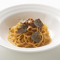 トリュフ専門店「Artisan de la truffe」の【フレッシュトリュフ付】牛肉をじっくり煮込んだトマトソーススパゲティ 1食