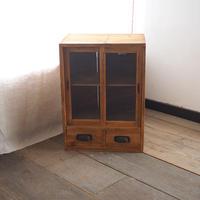 小ぶりなガラス戸棚