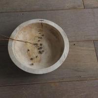 小ぶりな刳り貫きの捏ね鉢