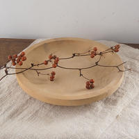 厚みのある木地の皿