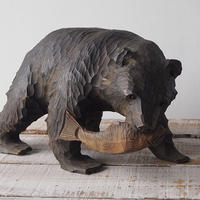 鮭をくわえた木彫りクマ