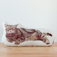 寝そべりブサ猫のジャカード織シェイプクッション