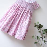 ピンクのお花畑にコットンレース襟のワンピース - スモッキング刺繍 (95-100cm)