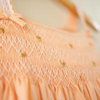 コットンレースとミニリボンの付いたタイニーローズのサマードレス - スモッキング刺繍 (90-95cm)