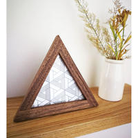standing triangle frame - 組木の立つ小さなさんかくの額 -