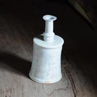 14 白瓷象嵌スラグンイワ花器