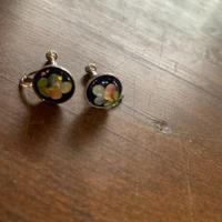 レトロなお花の小さなイヤリング
