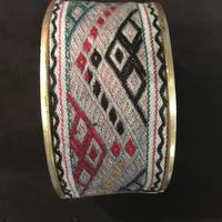 ミャオ族 バングル アンティーク刺繍布 ネイティブ刺繍グレー ボヘミアンアクセサリー boho hippie エスニック ヒッピー
