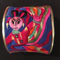 ミャオ族 踊り子刺繍バングル アンティーク刺繍布 ピンク ボヘミアンアクセサリー boho hippie ethnic ヒッピー エスニック