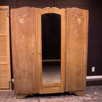 フランスで買い付けた3枚扉の木製クローゼット