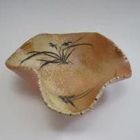 【変形皿】焼締・手彫り(蘭の花)