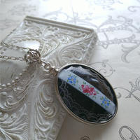 Antique 薔薇/White/Black(40×30ミリ) クラシカルネジ留めネックレス(Silver)