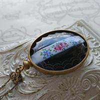Antique 薔薇/White/Black(40×30ミリ) クラシカルネジ留めネックレス