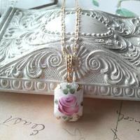 アンティーク White/Pink Guiloche薔薇(18×13ミリ)ネックレス