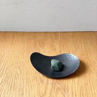 鎚目模様の勾玉皿(黒染)