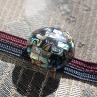 宝石のように美しいシェル細工の帯留(丸)