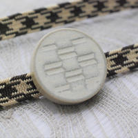 矢絣柄の帯留(白)