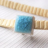 割れ氷の豆帯留(水色)