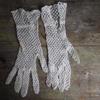 une paire de gants    fait a la main A