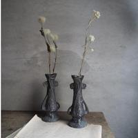 un vase  à fleurs  A,B