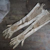 une paire de gants  dentelle B