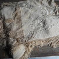 un  châle brodé de soie