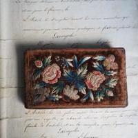 le cahier  brodé des fleurs
