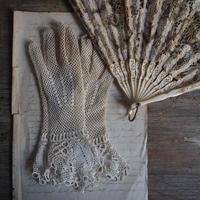 une paire de gants   et petite broche