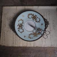 金具装飾の美しい小皿