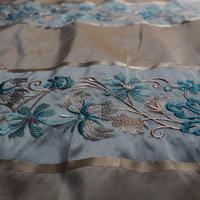 un  tissue brodé  soie  blue