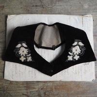 le collier  brodé des fleurs